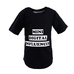 "Camiseta ""Mini Digital Influencer"" Preta - Alecrim Costurando Afeto"