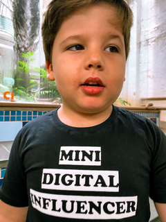 "Camiseta ""Mini Digital Influencer"" Preta na internet"