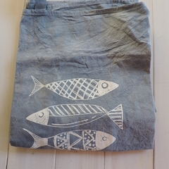 Delantal Teñido con Estampa de Peces - Patch-In by Gaby Caporale